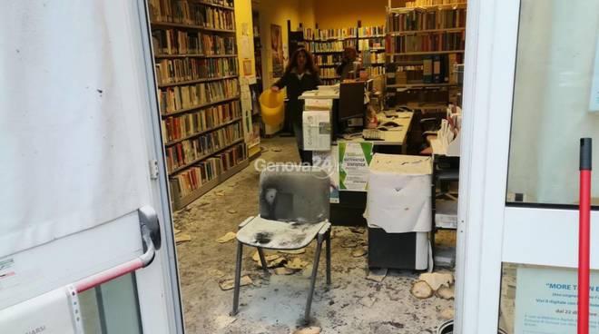 Incendio in biblioteca a Molassana: bruciato un libro di religione, accanto la scritta Allah Akbar